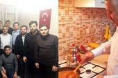 Belediye başkan adayı Zeybek öğrencilere menemen yaptı