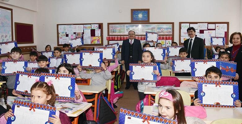 Vali Mustafa Tutulmaz Karne Dağıtım Programına Katılarak Öğrencilerin Karne Sevinçlerine Ortak Oldu